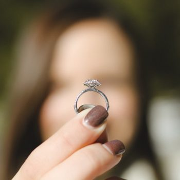 anillo con diamante