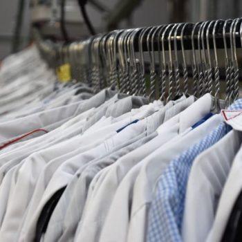 ¿Deberías lavar la ropa nueva antes de ponértela?