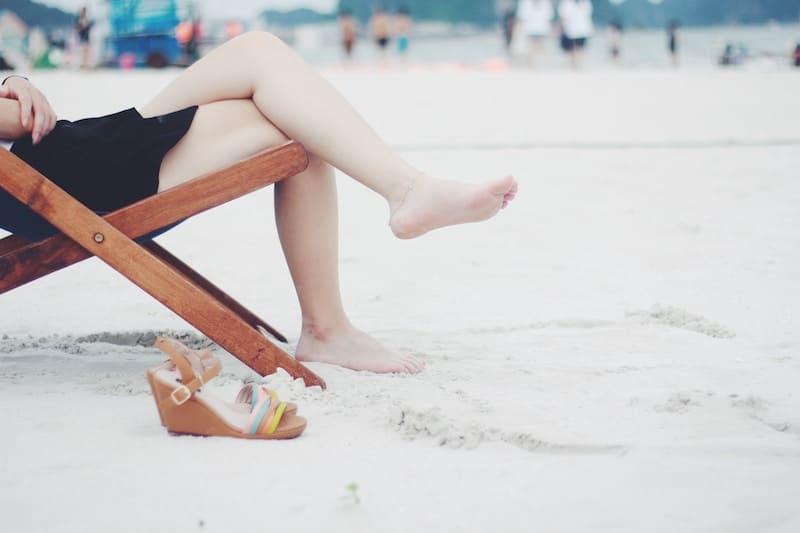 Persona en una tumbona en la playa