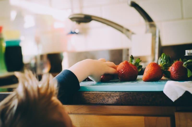 Niño cogiendo fresas