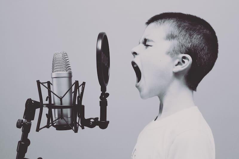 Niño gritando a un micrófono