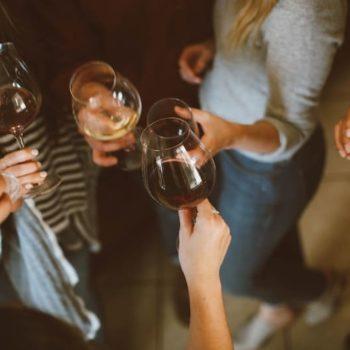 Estás cogiendo mal tu copa de vino (y cómo hacerlo bien)