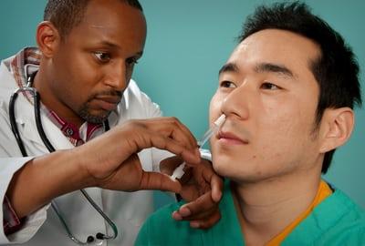 Médico poniendo una inyección