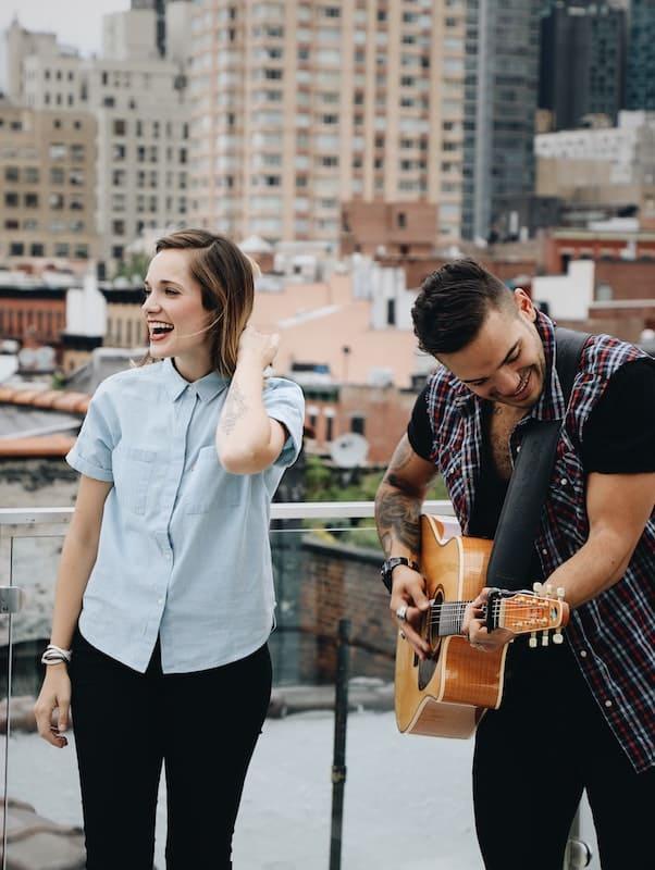 Dos personas tocando la guitarra
