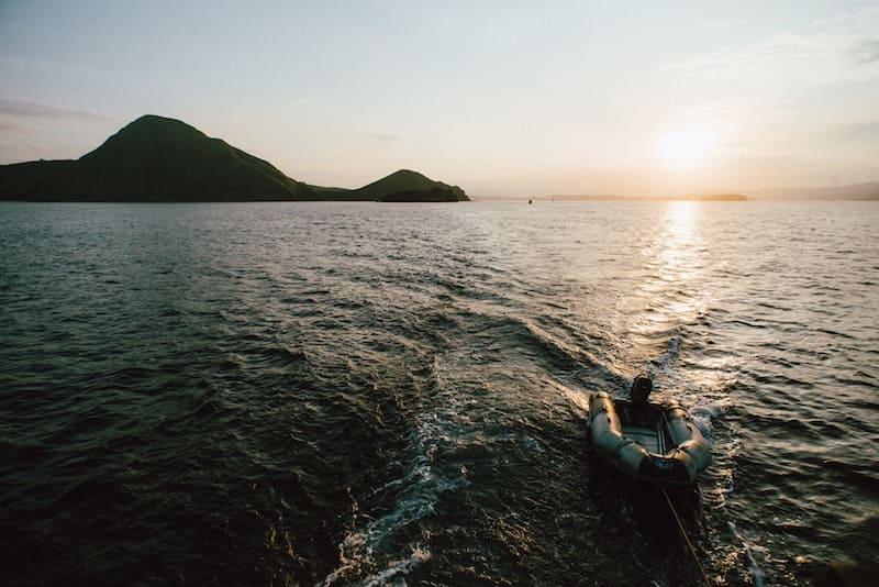 Zodiac en el mar