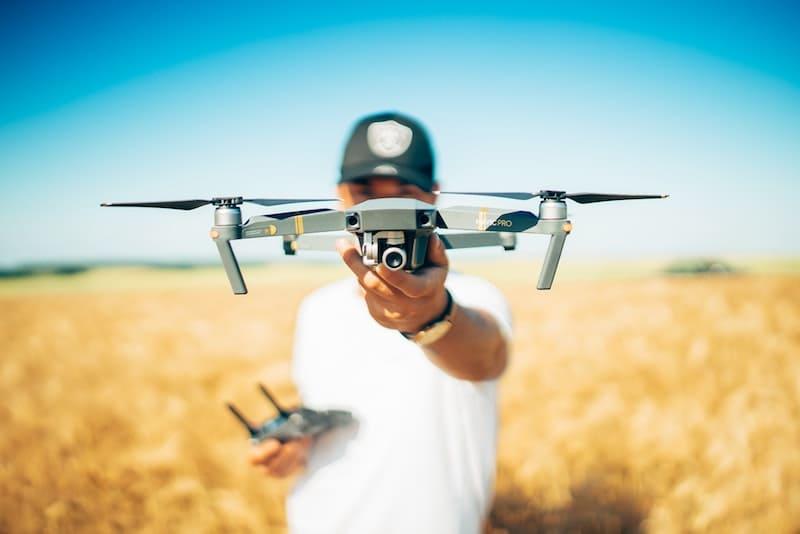 Persona sujetando un dron