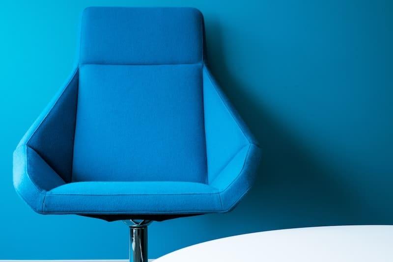 silla de oficina de color azul.