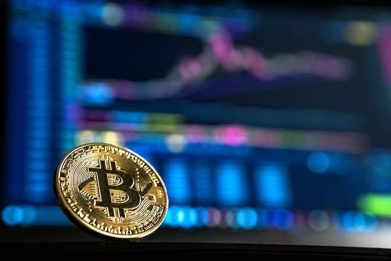 Moneda junto a gráficos