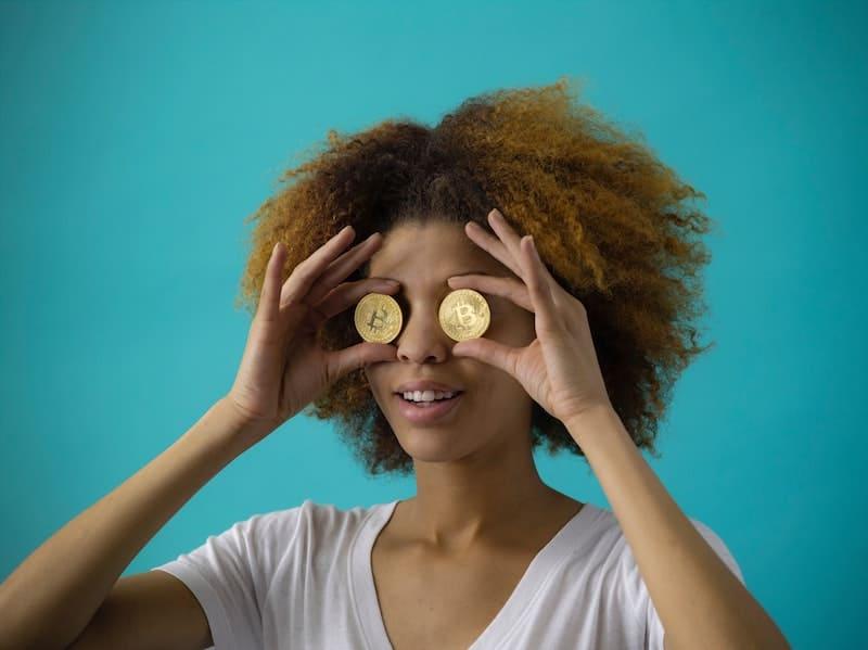 Mujer con monedas en los ojos